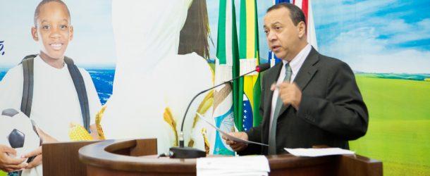 Vereador indica a necessidade de aquisição e instalação de lixeiras no cemitério municipal.