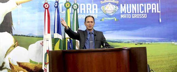 O vereador Moisés Polito indicou em aplainar a depressão da pavimentação asfáltica localizada na Avenida Curitiba, em frente ao portão lateral da Escola Estadual Waldemon Moraes Coelho.